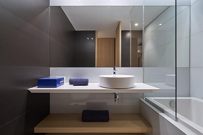 Piedra caliza natural para los suelos, mármol de Macael, granito... son los materiales con los que se han construido y rematado también los baños.