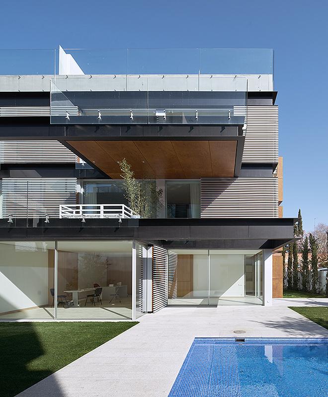 Cristal, hierro y madera conforman las fachadas de la promoción.