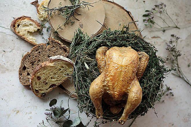 Pollito de grano asado en su jugo con toque de tomillo.