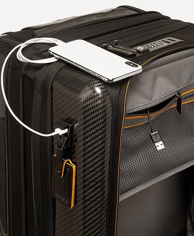 Detalle del puerto USB para cargar dispositivos móviles.