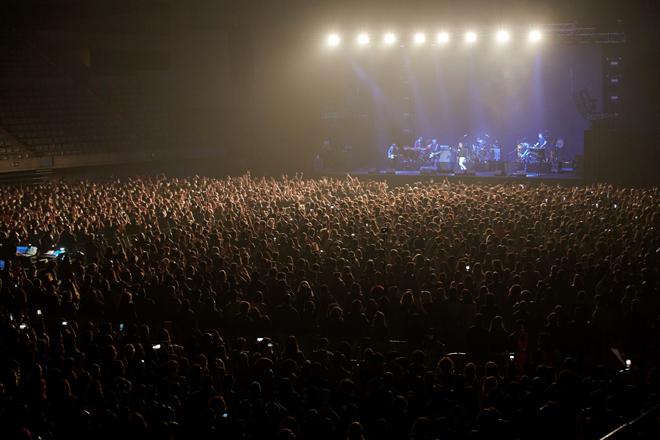 Un momento del concierto que ofreció el grupo Love of Lesbian en el palau Sant Jordi de Barcelona.