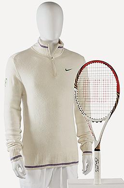 Cardigan y raqueta usados por Federer en Wimbledon 2012, séptima de las ocho ocasiones en que ha ganado el torneo londinense. Estimación: de 40.000 a 60.000 libras (de 46.000 a 69.000 euros).