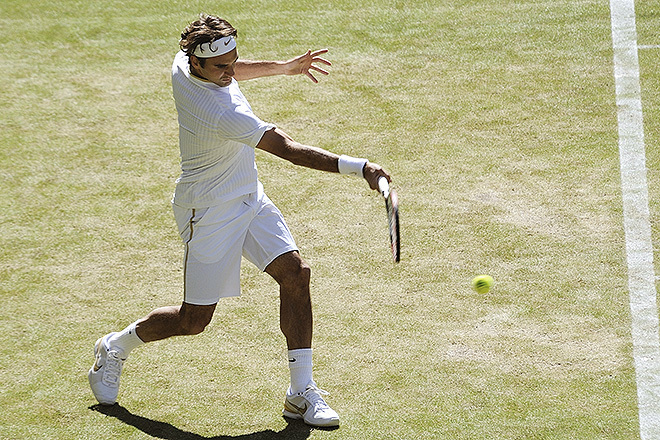 Roger Ferderer golpea un drive en Wimbledon en 2009.