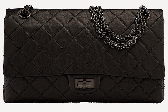 Bolso 2.55  de Chanel en piel negra.