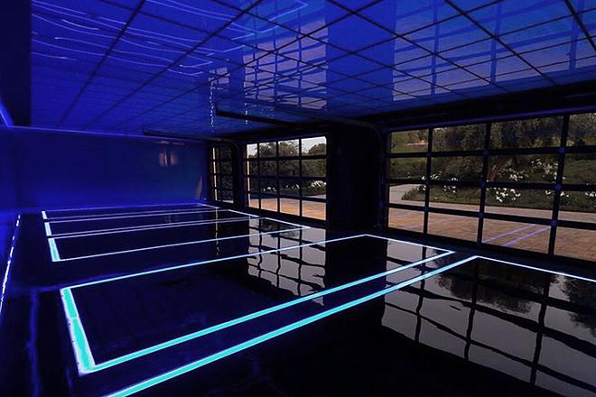 El vanguardista garaje, con luces led y capacidad para cinco coches.