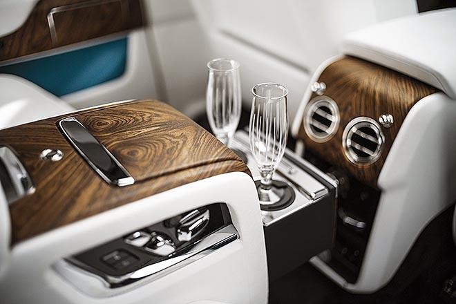 Acabados de madera y copas de cristal en el interior del Rolls-Royce Cullinan.
