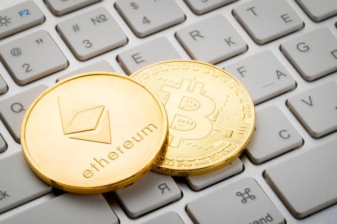 Monedas de ethereum y bitcoin.