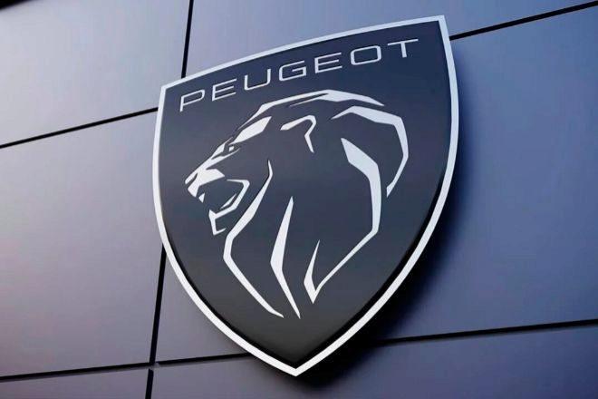 Peugeot es la marca más antigua del sector automovilístico, pues su icónico león que la ha hecho reconocible fue visto por primera vez en una hoja de sierra de la compañía, entonces metalúrgica, en 1850. En 1905 apareció en un automóvil del fabricante. El pasado marzo su nuevo símbolo, que modificaba el león metalizado creado en 1975 y versionado por última vez en 2010.