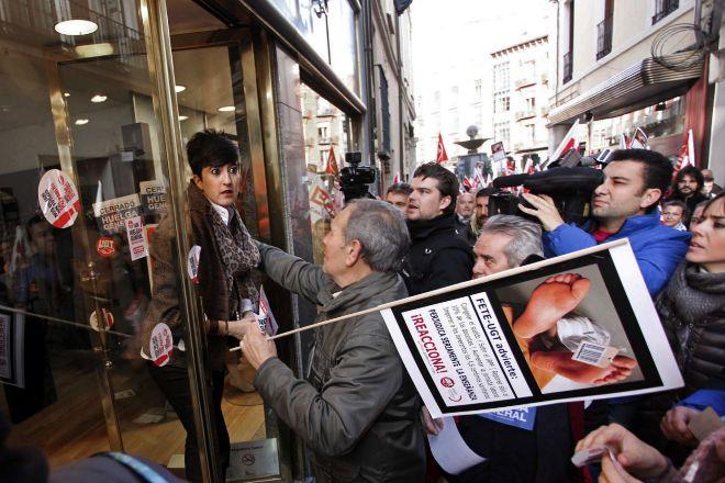 Momento de tensión entre un piquete con una comerciante que había abierto sus puertas en Valladolid, durante la jornada de huelga general del 14 de noviembre de 2012.