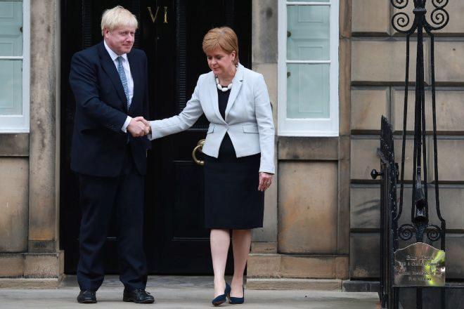Boris Johnson, primer ministro de Reino Unido, junto a Nicola Sturgeon, máxima responsable del SNP y del gobierno escocés.