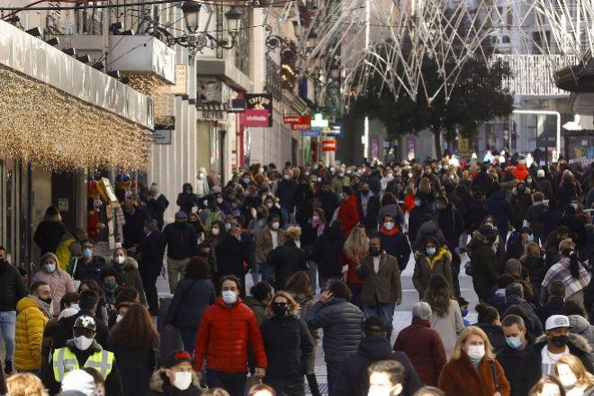 Viandantes en la calle Preciados, una de las más comerciales de Madrid.