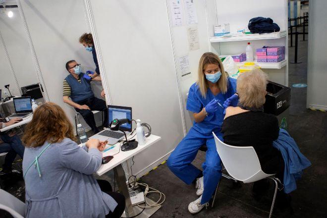 Varias personas reciben la vacuna en Barcelona.