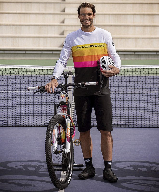 El tenista posando con su nueva compañera para hacer kilómetros por Mallorca.