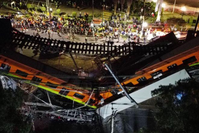 Vista aérea realizada con un dron que muestra el colapso de los vagones del metro esta noche, al desplomarse un puente de la vía elevada de la línea 12 del Metro de Ciudad de México entre la estación Olivos y Tezonco sobre el que circulaba un tren con varios vagones.