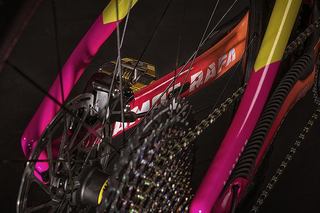 La bici del campeón lleva la inscripción Vamos Rafa.