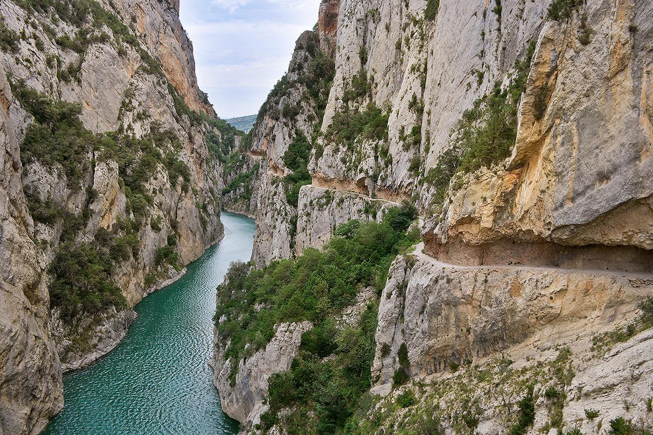 Entre paredes verticales de hasta 500 metros de altura, separadas una...