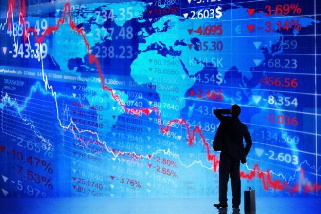 Imagen de un inversor ante gráficos bursátiles