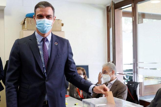 El presidente del Gobierno, Pedro Sánchez, votando este martes en Madrid.