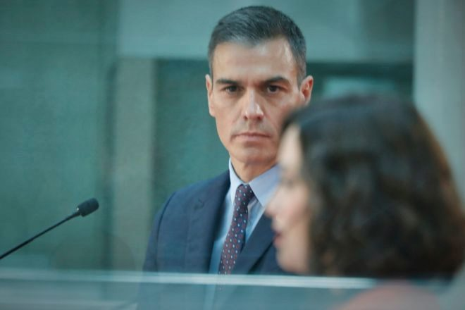 El presidente del Gobierno, Pedro Sánchez, observa a la presidenta de la Comunidad de Madrid, Isabel Díaz Ayuso, durante la rueda de prensa posterior a su reunión en la sede de la Presidencia regional, el pasado 21 de septiembre de 2020