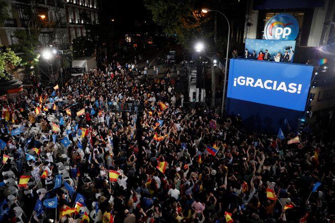 Una multitud de simpatizantes del PP se concentró ayer frente a la sede del partido para festejar la victoria de Ayuso.