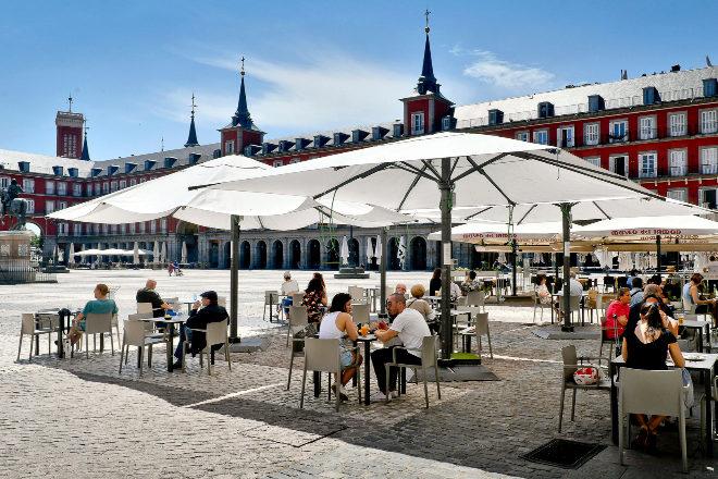 La Comunidad de Madrid es donde menos se está resintiendo el comercio y la hostelería. En la imagen, la Plaza Mayor.