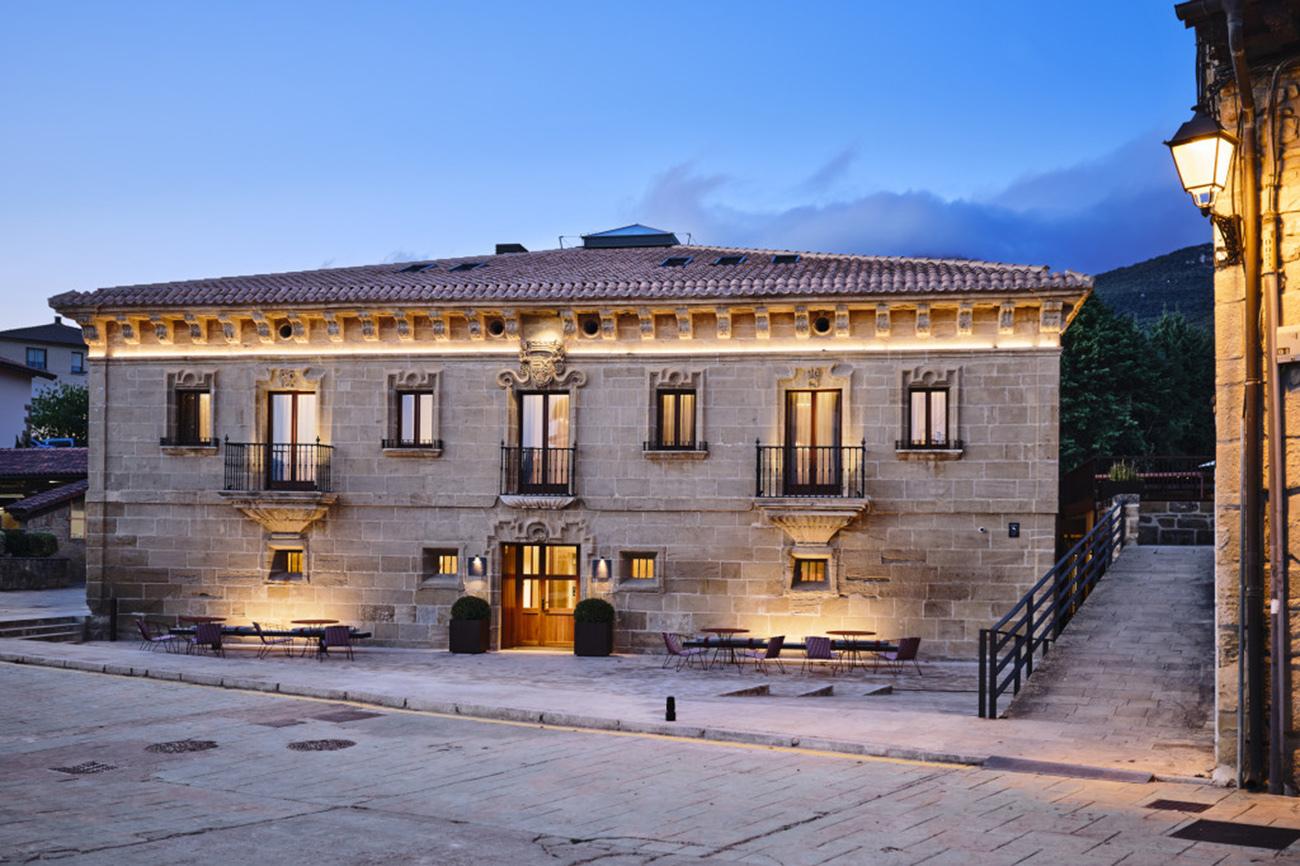 Palacete del siglo XVIII de aspecto señorial, con fachada de...
