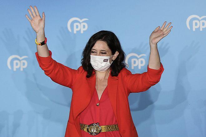 La presidenta de la Comunidad de Madrid saluda desde el balcón de la Sede del Partido Popular,