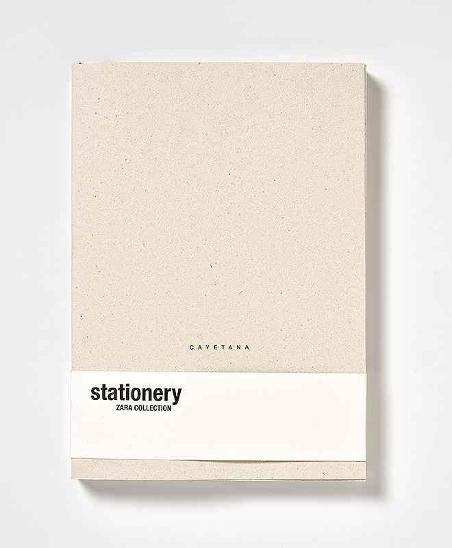 Libreta Edited: 256 paginas, disponible en crema con tinta negra y en negra con tinta blanca, cubierta personalizable, encuadernada con lomo de tela, 170x240, con cinta de registro, papel del interior es 100% reciclado, 19,95 euros.