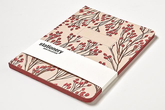 Libreta flores rojas: 128 paginas, 170x240, cantos romos y lomos tintados en rojo, papel interior 100% reciclado. 7,95 euros.