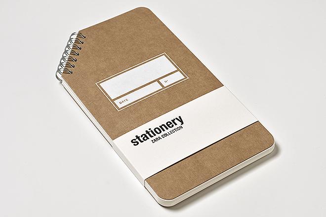 Libreta vertical con wire-O: portada en kraft e impresión con tinta blanca, 120x210, papel interior 100% reciclado, 60 páginas y cantos romos, encuadernación que emplea wire-o pero con un toque de originalidad, al colocarlo en una esquina biselada, 7,95 euros.