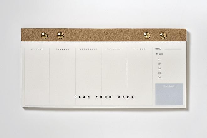 Planner semanal horizontal: 104 páginas perforadas, fresado en parte superior y troquelado con cuatro tornillos dorados, 120 X 250 mm, 7,95 euros.