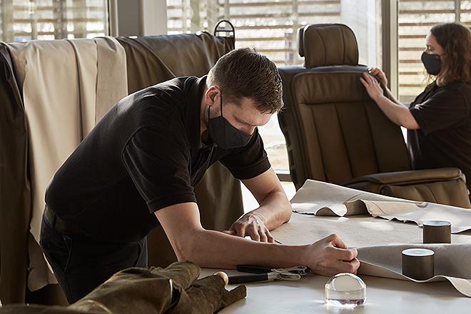 Artesanos de Hermès trabajan en el revestimiento de cuero de los asientos.