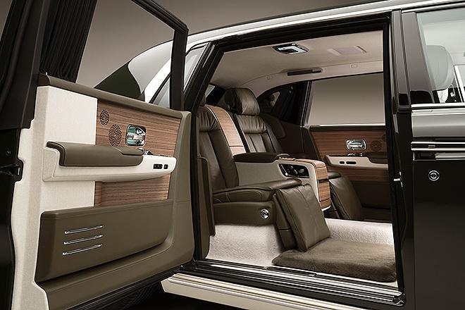 Interior del Rolls-Royce Phantom Oribe con una de las puertas traseras abiertas.