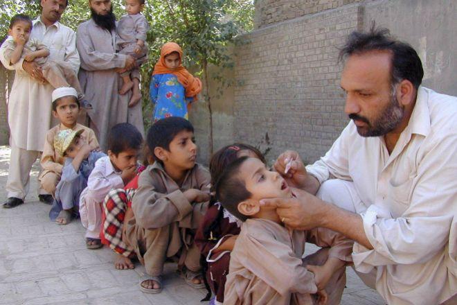 Un sanitario vacuna niños contra la polio en Peshawar, Pakistán.