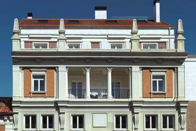 Fachada del ático que ocupa las tres últimas plantas del edificio Montalbán 11.