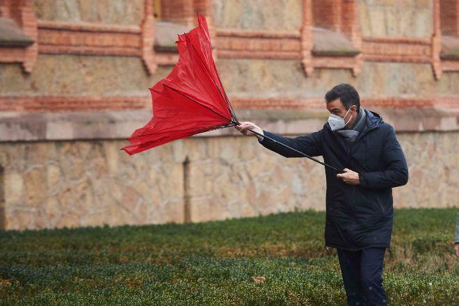 El presidente del Gobierno, Pedro Sánchez, con el paraguas volcado a su llegada a la Capilla del Seminario Mayor de Comillas (Cantabria), el pasado 4 de diciembre.