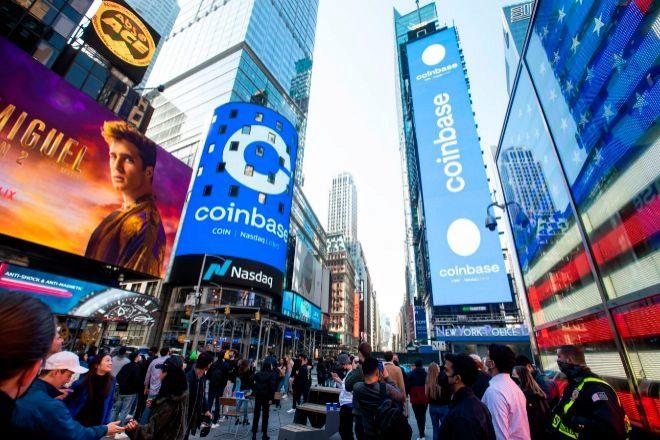 Anuncios de la cotización de Coinbase en el Nasdaq  en su debut bursátil en Nueva York el mes pasado.