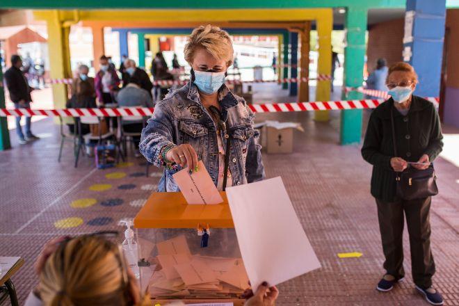 Votaciones en un colegio de Madrid en las elecciones autonómicas del 4 de mayo.