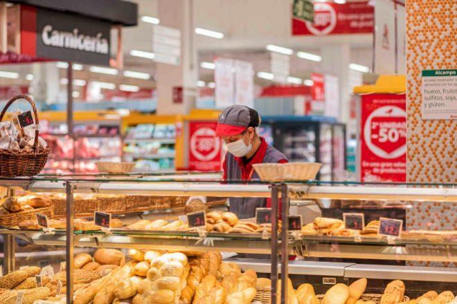 Puesto de panadería en un supermercado de Alcampo.