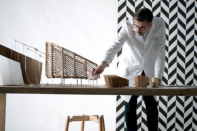 José Manuel Ferrero de estudi{H}ac con maquetas y prototipos de los muebles.