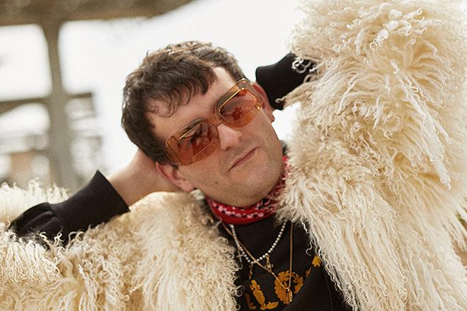 Palomo Spain luciendo unas de las gafas diseñadas por él.