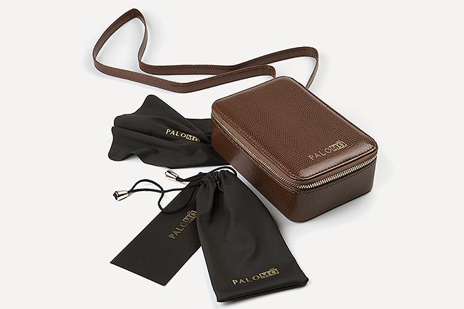 Las gafas se presentan en un estuche marrón chocolate.