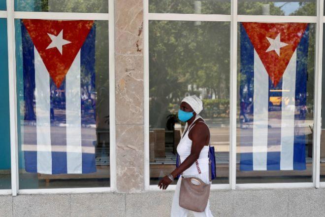 Una mujer camina hoy en una calle de La Habana.