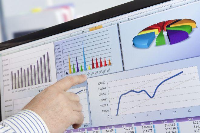 Analista ante una pantalla con información financiera