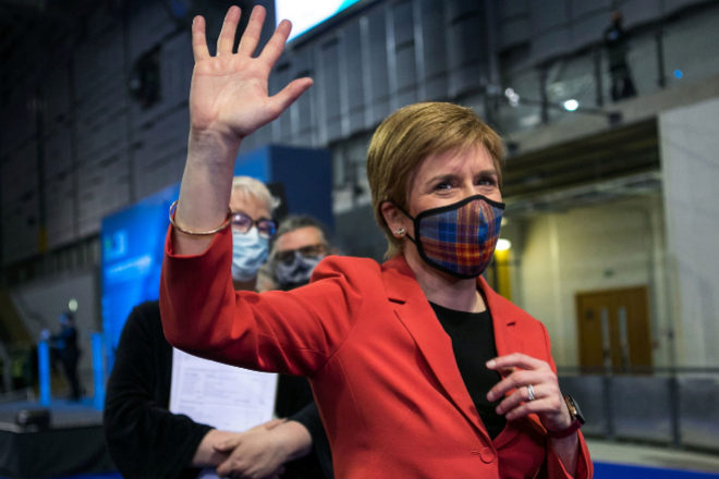 Nicola Sturgeon saluda tras su reciente victoria electoral.
