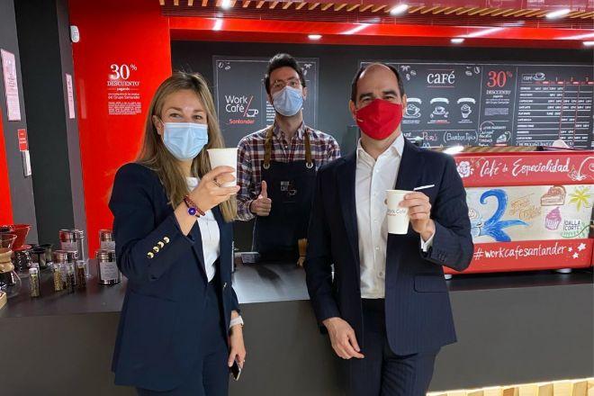 António Simões (dcha), CEO de Santander España y jefe de Europa, visitando un Work Café.