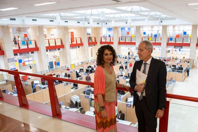 María Jesús Montero, ministra de Hacienda, y Jesús Gascón, director de la Agencia Tributaria.