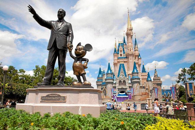 Estatua de Walt Disney y Mickey Mouse en Disney World (Florida, EEUU).