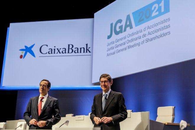 El presidente de CaixaBank, José Ignacio Goirigolzarri (d), y el consejero delegado de la entidad, Gonzalo Gortázar (i).