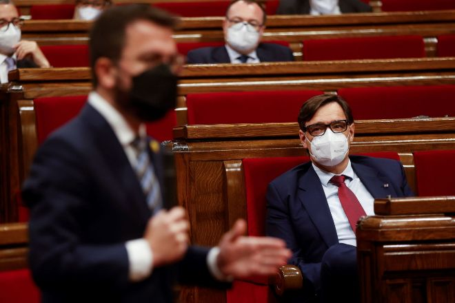 El candidato a la Presidencia de la Generalitat de ERC, Pere Aragonès (i). y el candidato y líder del PSC, Salvador Illa (d).
